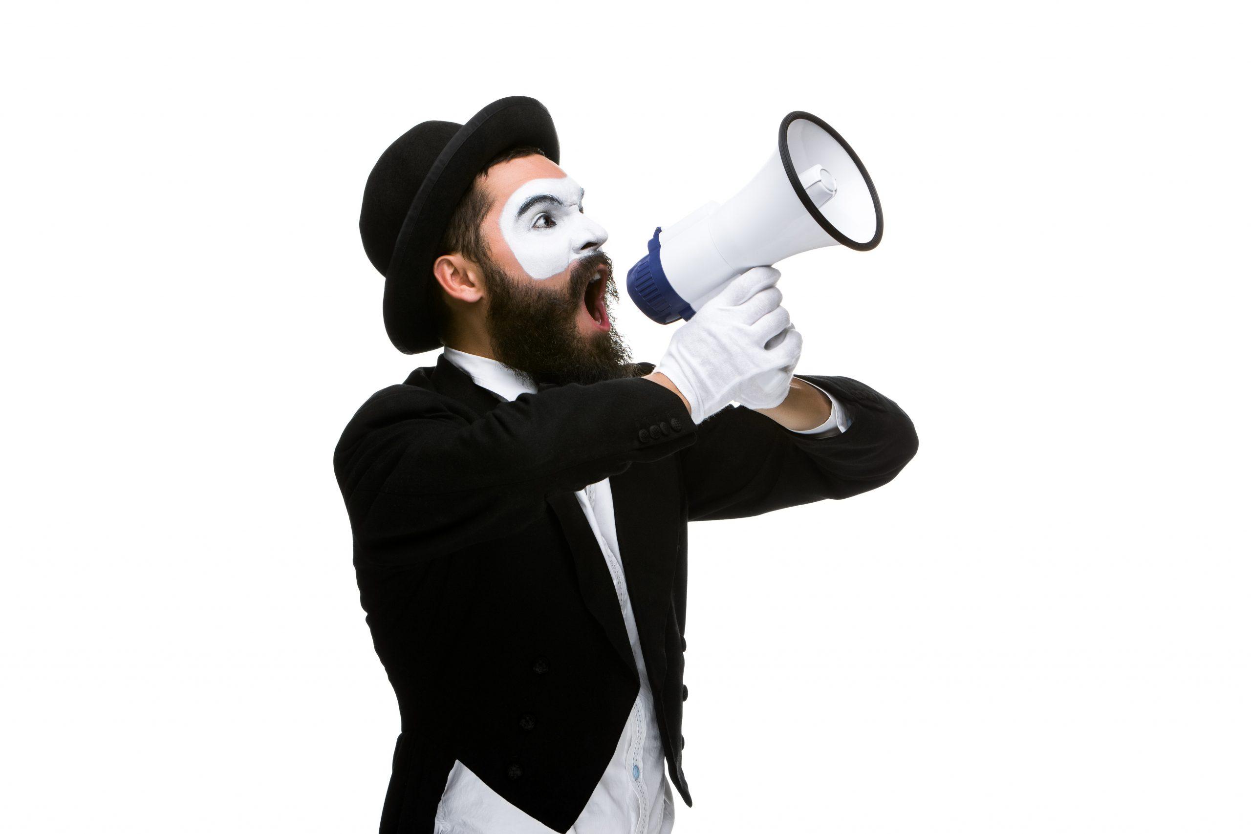 Mimo che urla al megafono